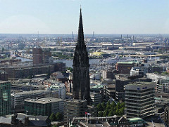 Ruine des Kirchturms der St. Nikolaikirche als Mahnmal in der Hamburger Altstadt - Luftaufnahme der Innenstadt Hamburgs - Elbe und Hafen.