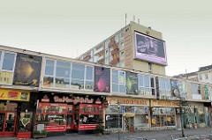Ladenzeile am Spielbudenplatz / Reeperbahn - geschlossenen Geschäfte, Bar, Restaurant - Wohnhaus; geräumte Essohäuser.