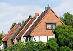 Spitzdachhäuser - Einfamiliengebäude; Siedlung Wohlersweg in Hamburg Neuland.