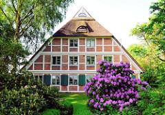 Fachwerk-Wohnhaus mit blühendem Rhododendron - Fotos aus Hamburg Curslack.