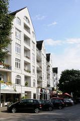 Wohnbebauung an der Dorotheenstrasse in Hamburg Winterhude - im Erdgeschoss befinden sich Geschäfte.