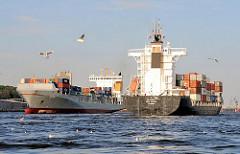 Schiffsverkehr auf der Elbe vor Hamburg Neumühlen  - der Frachter MITO STRAIT läuft in den Hamburger Hafen ein und das Containerschiff THETIS läuft aus.