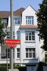 Stadtteilschild Winterhudes - Villa am Leinpfad im Hintergrund.