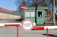 Zollposten und Schranke mit Schild Durchtfahrt verboten - lks. fährt eine S-Bahn über die Freihafen Elbbrücken Richtung Hauptbahnhof.