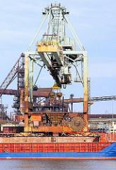 Krananlage und Frachtschiff am Amsterdamer Kai des Dradenauhafens in Hamburg Waltershof - Fotos aus dem Hafen Hamburgs - Fotografie Christoph Bellin.