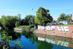 Alte Kaimauer am Schleusenkanal in Hamburg Hammerbrook - Graffiti an der Mauer.