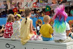 Hamburger Schlagermove - Kinder beobachten die Parade an den Landungsbrücken.