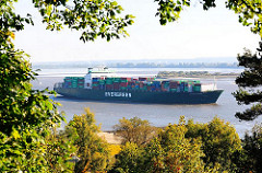 Blick vom Falkensteiner Wald auf die Elbe - ein Containerschiff läuft aus dem Hamburger Hafen aus.