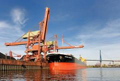 Massengut - Frachtschiff / Bulk Carrier Santa Rosalia im Hansaport von Hamburg Altenwerder - im Hintergrund die Köhlbrandbrücke.