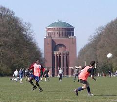 Wahrzeichen Hamburg Winterhudes - Kuppelgebäude des ehem. Wasserturms, Planetarium Hamburg - Fussballspieler auf der Stadtparkwiese.