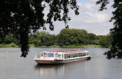 Schiff der Alster Touristik bei einer Rundfahrt durch Hamburs Kanäle auf dem Stadtparksee.