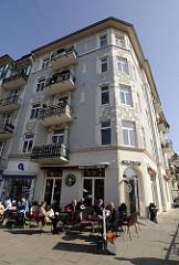 Hamburger Stadtteile - Strassencafe in Hamburg Eppendorf - mehrstöckiges Jugendstil Wohnhaus