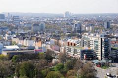 Luftaufnahme von der Hamburger Reeperbahn - Stadtteil St. Pauli; im Vordergrund die Bäume auf dem Elbberg; dahinter das ehem. Bowlinggebäude am Millerntor / Zirkusweg. (2007)