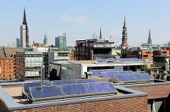 Solaranlage / Dächer der Hafencity - Kirchtürme der Hansestadt Hamburg.