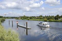 Ein Schiff hat die Krapphofschleuse verlassen und fährt auf dem Schleusenkanal Richtung Bergedorf.