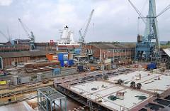Schiffsegment auf der Sietas Werft. Blick über die Werftanlage in Hamburg Neuenfelde.