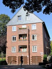Wohngebäude der 1930er Jahre - Garagen; restaurierte Hausfassade - ausgebautes Dachgeschoss. Architektur in Hamburg Dulsberg.