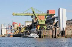 Ein Frachtschiff und ein Binnenschiff liegen am Kalikai des Rethehafens in Hamburg Wilhelmsburg.