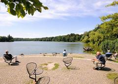 Erholung in der Sonne am Aussenmühlenteich des Harburger Stadtparks - sitzen am Wasser in der Sonne - Fotografien aus dem Harburger Stadtteil Wilstorf.