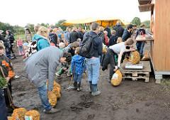 Die ausgegrabenen Kartoffeln werden in Säcke gefüllt und abgewogen - Kartoffelmarkt auf dem Biohof Wulksfelde.