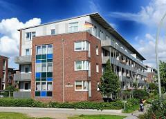 Mehrstöckiges Mietshaus in Hamburg NEuallermöhe - Balkons an der Hausfassade. Architekturbilder aus Hamburg Allermöhe; Architekturfotografie aus Hamburg.