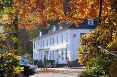 Wohn- und Geschäftshaus im Poppenbuettler Weg - gelbrot leuchtendes Herbstlaub in der Sonne.