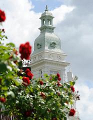 Turm des 1902 erbauten Blankeneser Strandhotels - blühende rote Rosen.