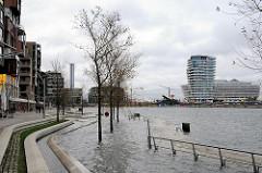 Sturmflut in Hamburg  - das Hochwasser ist über die Kaimauer des Grasbrookhafens gestiegen.