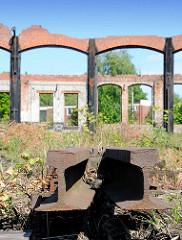 Ruinen des Bahnetriebswerk Hamburg Wilhelmsburg - abgetrennte Bahngleise mit Unkraut / Wildkraut überwucher.