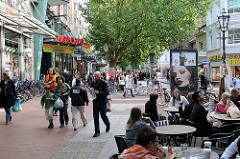 Strassencafe in der Ottenser Hauptstrasse - Einkaufen in Hamburg Altona.