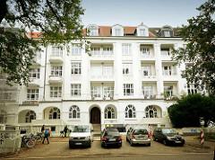 Mehrstöckiges Wohnhaus, ausgebautes Dach - Dachwohnungen; Balkons - Gründerzeitarchitektur in der Sierichstrasse, Hamburg Winterhude.