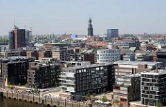 Wohnhäuser am Dalmannkai und Kaiserkai - Büroturm am Kehrwieder der Hafencity Hamburg. Turm der St. Michaeliskirche.