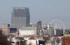 Blick vom Kleinen Grasbrook auf das andere Elbufer - Hotel Hafen Hamburg und Hochhaus - Riesenrad.