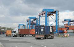 Sattelschlepper mit Containern rangieren auf dem Terminal Hamburg Altenwerder.