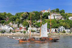 Historisches Segelschiff vor Hamburg Blankenese - Elbstrand und Süllberg mit Häusern.