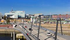 Baakenhafenbrücke über das Hafenbecken Baakenhafen in der Hamburger Hafencity - im Hintergrund re. Kontorgebäude Fruchthof am Stadtdeich / Oberhafen - lks. Verlagsgebäude Spiegel an der Ericusspitze.