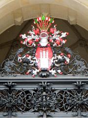 Mit heraldischen Farben versehenes Wappen der Freien und Hansestadt Hamburg über dem Eingang des Hamburger Rathauses - Stadtteilbilder von Hamburg; Fotos aus Hamburg - Altstadt.