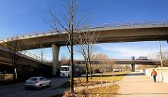Autobahnzufahrten - Brücken auf der Veddel - Fussgängerweg mit Fussgänger im Industriegebiet auf der Peute / Veddel im Hamburger Bezirk Mitte.