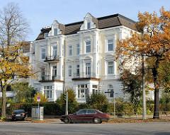 Gründerzeit Villa mit mehreren Stockwerken an der Hochallee - Bäume an der Strasse mit Herbstblättern.
