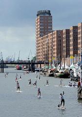 Standup paddling - Hamburg Hafencity - Sandtorhafen - Moderne Bürogebäude - Kehrwieder.