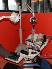 Hamburger Kindermuseum - Stadtteil Hamburg Osdorf - zwei Mädchen spielen Zahnarzt.