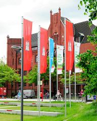 Hamburg Flaggen beim Anleger Bürgerhaus Wilhelmsburg - im Hintergrund die Gründerzeitarchitektur vom ehem. Wilhelmsburger Rathaus - jetziges Ortsamt.