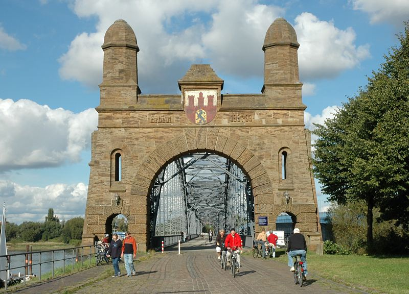 Portal der historischen Harburger Elbbruecken - Radfahrer, Radstrecke Hamburg-Harburg.