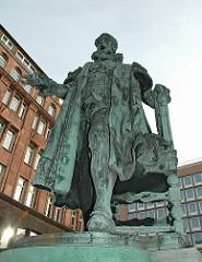 Denkmal Bürgermeister C. F. Petersen - Bronzeskulptur am Neuen Wall.