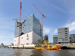 Hafenfähre Wolfgang Borchert am Anleger Elphilharmonie - Baustelle der Elbphilharmonie in der Hamburger Hafencity.