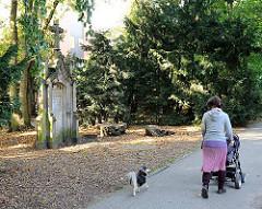 Grabstein im Jacobi-Park - der Friedhof wurde 1954 aufgelassen und zur öffentlichen Grünanlage eingerichtet.