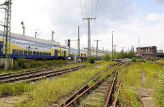 Nahverkehrszug der Metronom fährt Richtung Hamburg Hauptbahnhof - Gleisanlage bei der Versmannstrasse in der Hafencity Hamburg.