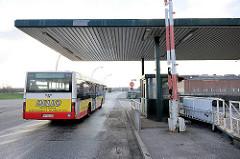 Die Sperrung an der ehem. Zollgrenze zum Hamburger Freihafen ist seit 2013 aufgehoben - ein Bus der Hamburger Öffentlichen Verkehrsmittel passiert den Übergang.