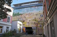 Zivilbunker, Hochbunker in der Loewenstrasse- Fassadenbemalung - Bild auf der Fassade.