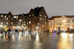 Schaulustige beim Hochwasser am Altonaer Fischmarkt; der Parkplatz an der Elbe ist überspült.